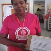 A caixa de cabelo enviada pelo projeto SOPREV  à Fundação PIO XII já nas mãos da voluntária da AVCC (Associação Voluntária de Combate ao Câncer).